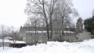 B-byggnaden vid finska högstadiet och gymnasiet i  Karis, Karjaan yhteiskoulu och Karjaan lukio