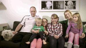 Suomalaiset viettävät itsenäisyyspäivää antamalla muiden juhlia sitä puolestaan Linnassa. Elokuvassa seurataan, mitä erilaisissa kotikatsomoissa eri puolella Suomea tapahtuu.