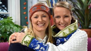 Hymyilevät  naiset neulottujen asusteiden kanssa