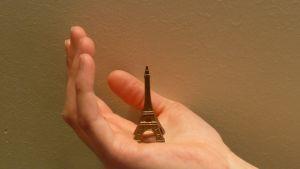 Eiffeltornet i miniatyr i en hand