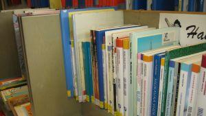 Bokhylla i ett bibliotek.