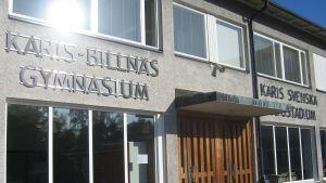 Ingången till Karis-Billnäs gymnasium och Karis svenska högstadium.