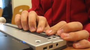En punktskriftsplatta är ett bra hjälpmedel för synskadade