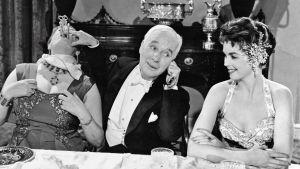 Charles Chaplin elokuvassa Kuningas New Yorkissa. Oikealla Dawn Addams