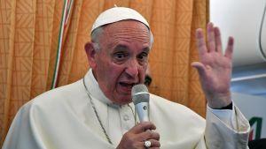 Påven Franciskus svarade på journalisternas frågor på sin hemresa från Armenien den 26 juni 2016.