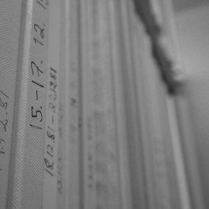 arkistoituja ääninauhoja pahvikoteloissaan hyllyllä