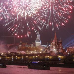 Nyårsraketer ovanför Moskva under natten till fredagen.