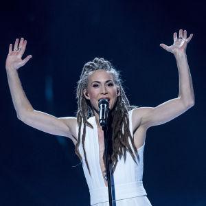 Mariette sjunger och sträcker upp händerna. Hon tävlar i Melodifestivalen 2017.