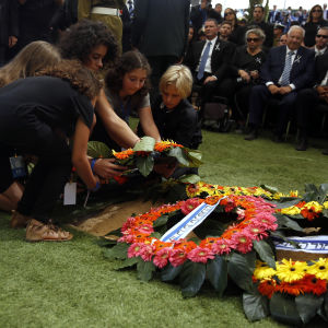 Shimon Peres barnbarn lägger ner en krans vid graven.