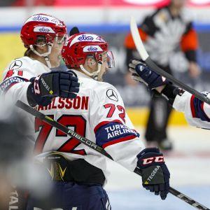 Patrik Carlsson spelar ishockey.