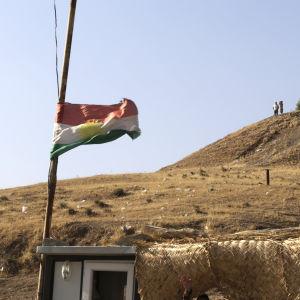 Kurdistans flagga fladdrar intill en peshmerga-vägspärr nära Bashiqa 20.10.2016