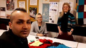 Skräddaren Mehraj Ahmad Omidwar, frivilligarbetaren Sirpa Haapamäki och församlingspräst Laura Korhonen.