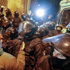 Anhängare till Saakasjvili protesterar mot att polisen gripit honom.