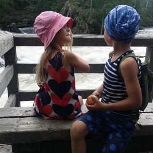 Lapset ihastelevat Myllykosken kuohuja