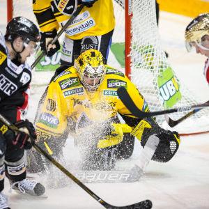 Eero Kilpeläinen vaktar KalPa:s mål i ligan.