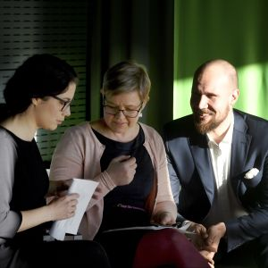 Bild på De grönas Touko Aalto, Emma Kari och Krista Mikkonen.