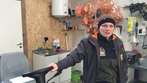 Skogsbolaget Ökopesas VD Triin Peips står i en av företagets verkstäder