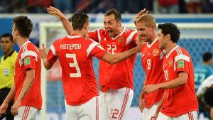 Rysslands herrlandslag i fotboll firar mål.