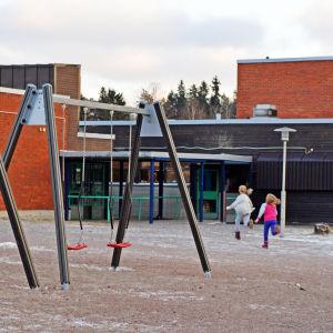 Söderkulla skola utifrån eleverna springer till lunchen