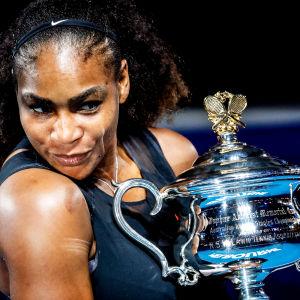 Serena Williams ler med Australian Open-pokalen i handen.