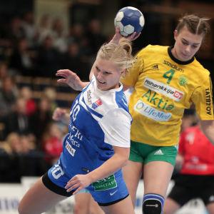 Betina Lillqvist gör mål i damernas cupfinal mellan Dicken och Sjundeå IF.