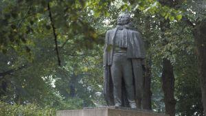 Eino Leinos staty i Esplanadparken i Helsingfors