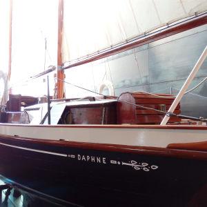 Segelbåten Daphne fotograferad snett bakifrån i Forum Marinum.