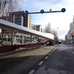 Jättetransport med vindmöllevingar från Vasa till Jeppo.