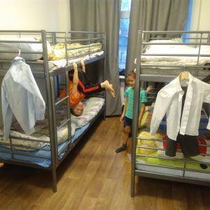 Barn i ett rum på skyddshemmet Dikoni. Alla barnen på hemmet går i skolan.