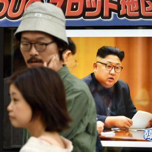 Fotgängare i Tokyo går förbi en tv-skärm där det visas nyheter om Nordkoreas sjätte kärnvapentest 3.9.2017