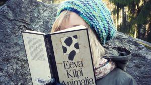 Eeva Kilven teos Animalia kirjabloggarin kädessä