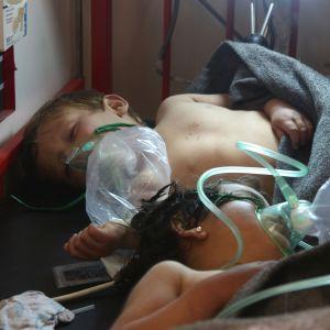 Syriska barn behandlas efter att de utsatts för giftig gas.
