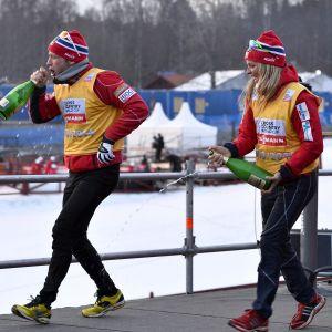Martin Johnsrud Sundby och Therese Johaug firar en seger i världscupen.