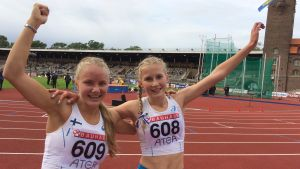Reetta Joronen och Nathalie Blomqvist efter dubbelsegern på 1500 meter, ungdomslandskampen 2017.