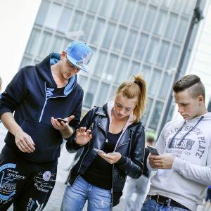 Unga spelar mobilspel