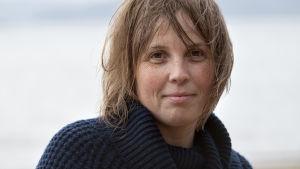 En person (Karin Erlandsson) tittar in i kameran