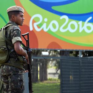 Under ett massivt säkerhetspådrag kämpar OS-arrangörerna i Rio de Janeiro med att bli klara i tid.