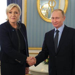 Marine Le Pen och Vladimir Putin träffades i Moskva den 24 mars.
