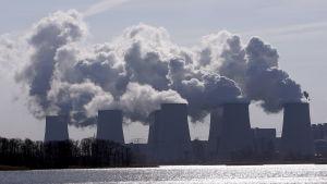 Kyltorn vid det tyska brunkolseldade kraftverket Jähnschwalde i Tyskland,