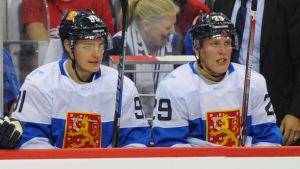 Aleksander Barkov och Patrik Laine på avbytarbänken.