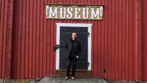 Kaj Irjala utanför Närpes jordbruksmuseum.