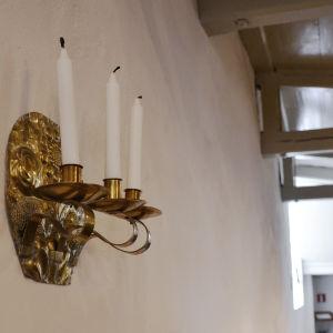 Ljusstake på Borgå domkyrkans vägg