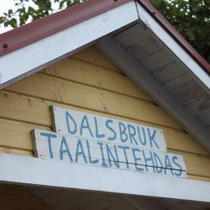 En skylt med texten Dalsbruk