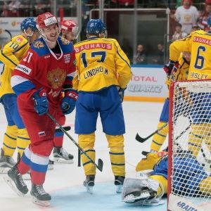 Sergei Kalinin ler mot kameran under ett spelavbrott i matchen Ryssland-Sverige.