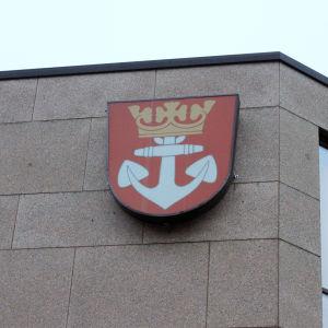 Pargas stadshus med kommunvapnet.