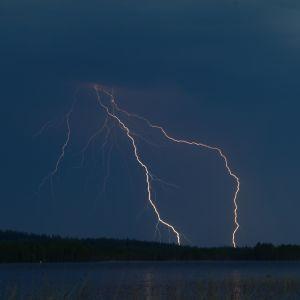 Ukonilma, ukkonen salamoi. Salama iskee, myrskypilviä tummalla taivaalla.  Salamoita. Turku.