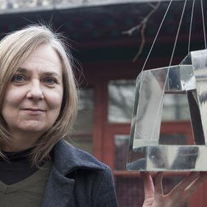 Arkkitehti Anu Leinonen ja CCTV:n pienoismalla