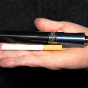 Tavallinen savuke ja sähkötupakka.