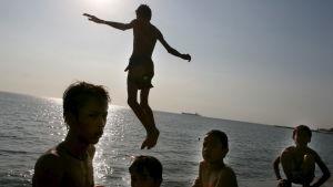 Barn på stranden i Ho Chi Min.