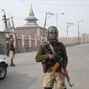 Indien har infört nattligt utegångsförbud i Kashmirs huvudstad Srinagar på grund av omfattande protester mot säkerhetsstyrkor i landets enda delstat med muslimsk majoritet